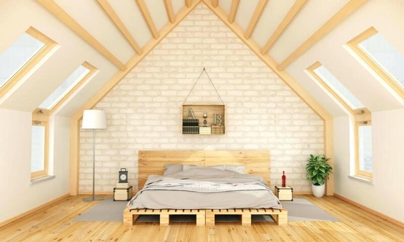 preciosa buhardilla decorada de encanto con cama DIY, ingeniosas ideas de muebles con palets, decoración de interiores 2018