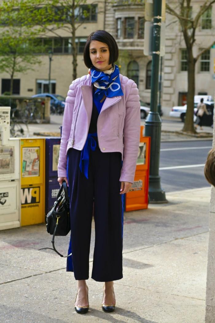 como ponerse una bufanda de una manera original, pantalones azules modernos, chaqueta color lila
