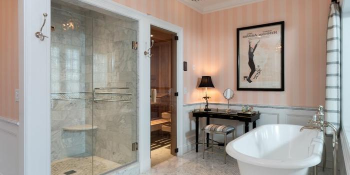 precioso cuarto de baño de diseño decorado en estilo vintage, papel pintado en rayas en rosado y beige, bañera vintage