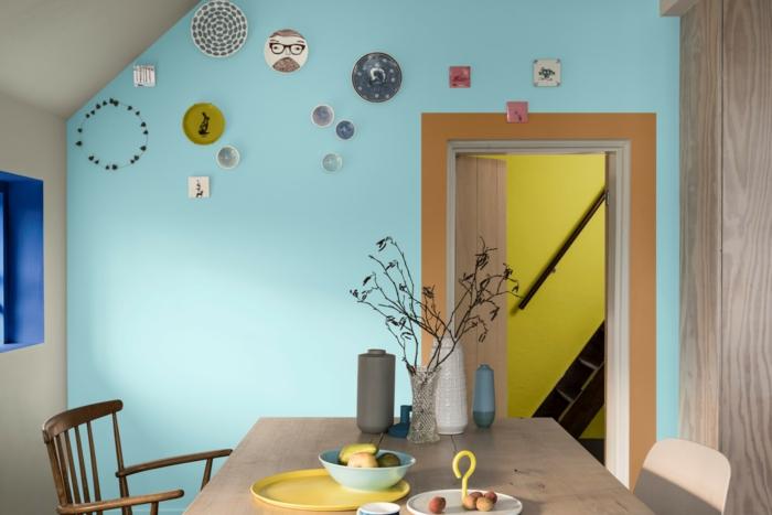 ideas super frescas y modernas sobre como pintar una habitacion de dos colores, techo inclinado, pared pintada en azul claro, detalles en color terracota
