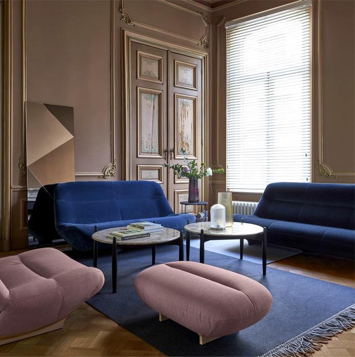 colores para paredes de salon 2019, salón con paredes decoradas en color terracota, muebles de diseño tapizados en terciopelo