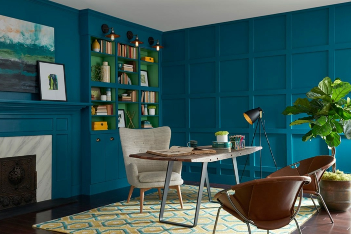 colores para paredes de salon en tendencia en 2018, paredes en azul vivo intenso, decoración en verde
