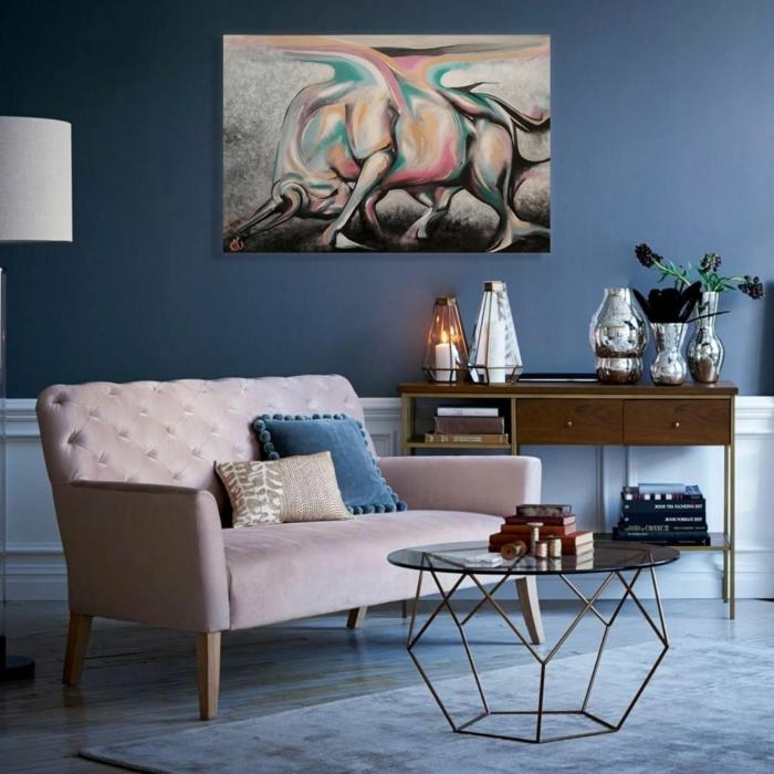 colores para paredes de salon en tendencia, decoración en tonos pastel, paredes en azul oscuro, sofá en rosado estilo vintage