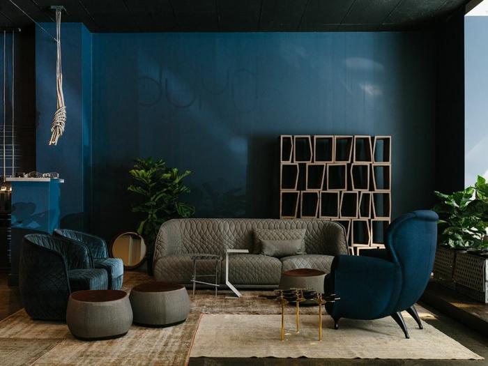 colores para paredes de salon modernos 2019, habitación oscura decorada en tonos terrestres, paredes en azul índigo oscuro