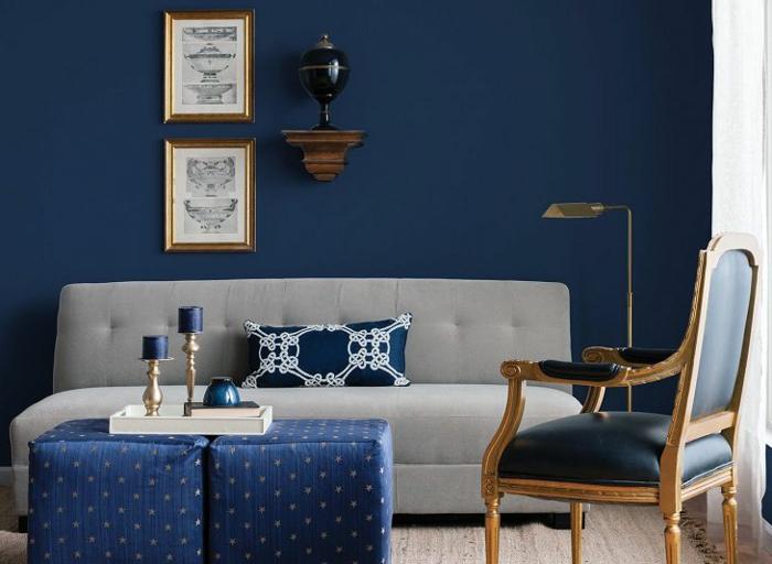 colores para paredes de salon, tonos del azul modernos en 2019, pared en azul índigo, muebles de diseño en estilo vintage