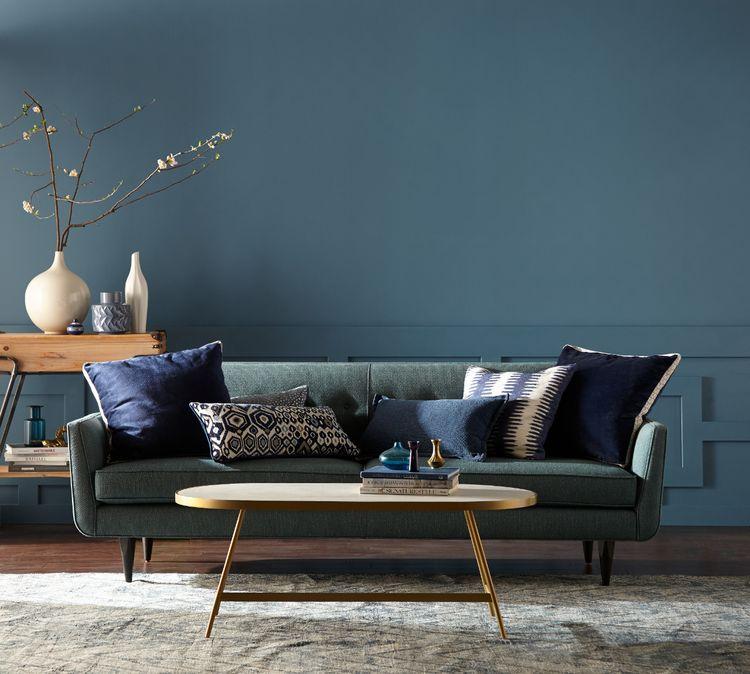 salón moderno decorado en estilo minimalista con paredes en azul porcelana, qué colores se llevan para pintar un salón