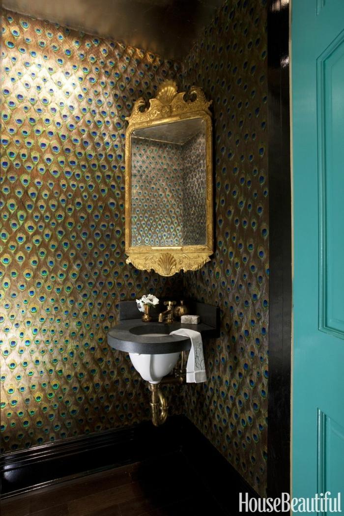 decoracion baños pequeños en estilo ecléctico, espejo vintage con marco dorado, paredes con papel pintado de lujo