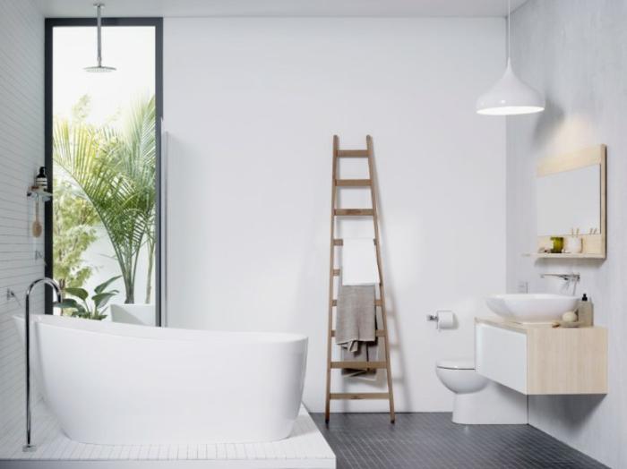 cuarto de baño moderno decorado en blanco con bañera exenta de diseño, ideas de reforma baño pequeño