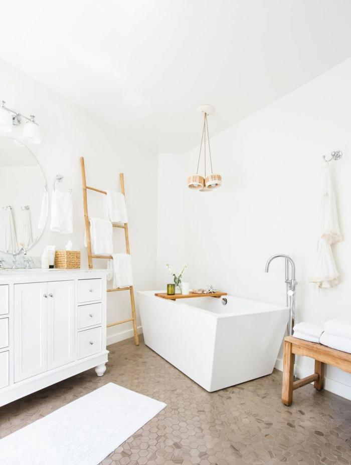 baño decorado en blanco con suelo con azulejos de diseño forma hexagonal, bañera exenta moderna