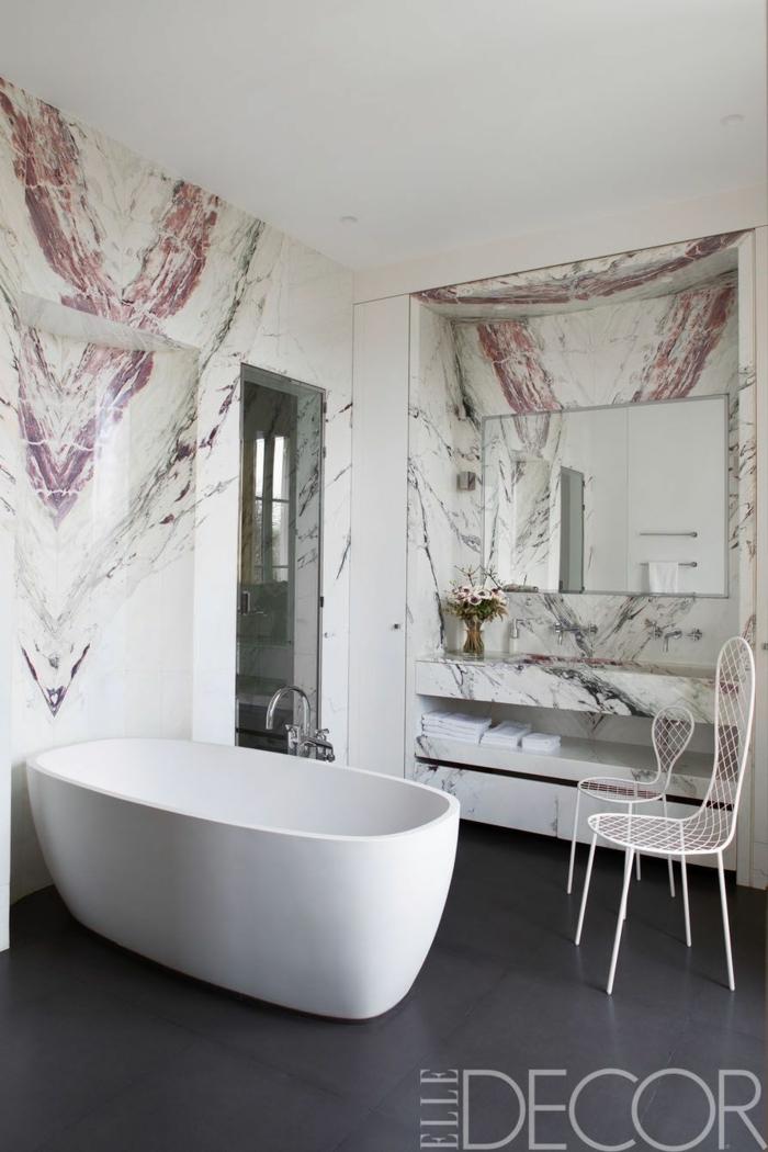 azulejos para baños modernos de mármol, suelo con baldosas en gris, bañera exenta de diseño