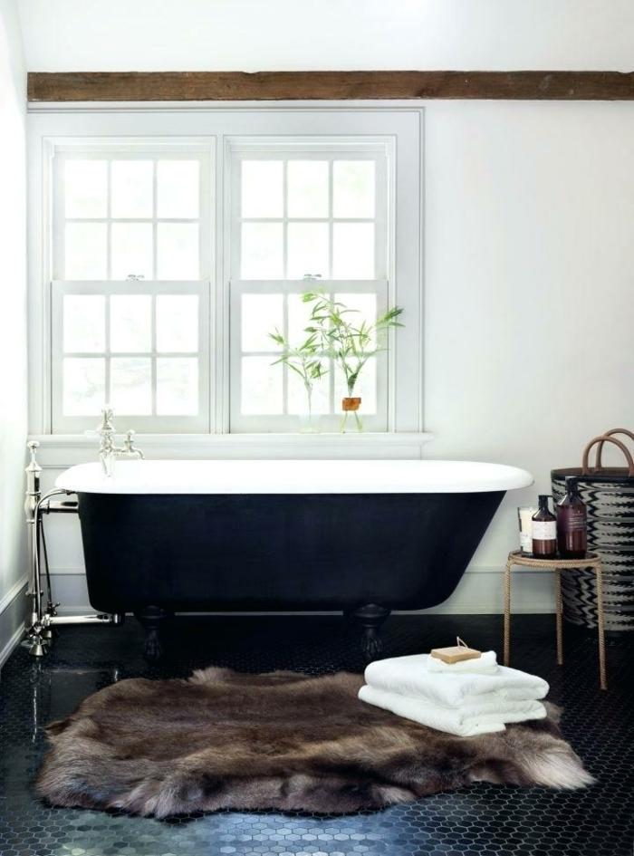 baño decorado en estilo rústico, suelo con azulejos de diseño forma hexagonal, bañera vintage