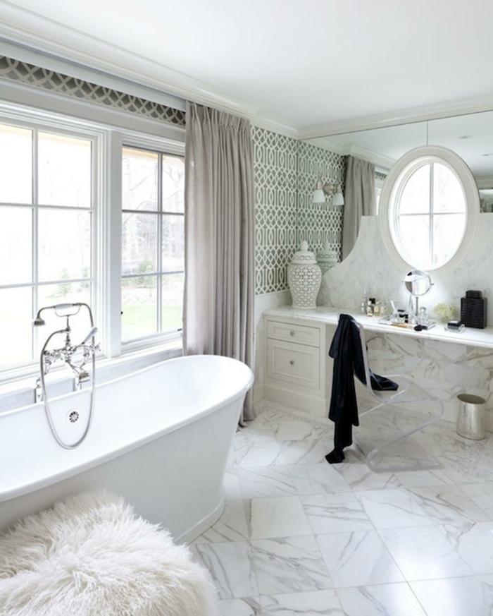 azulejos para baños modernos que imitan mármol, bañera moderna, decoración en colores claros