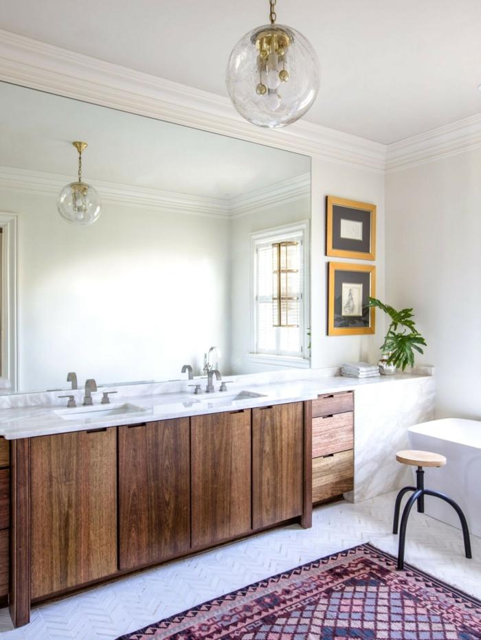 ideas de azulejos para baños modernos, baño moderno decorado en estilo bohemio, grande espejo y alfombra ornamentada