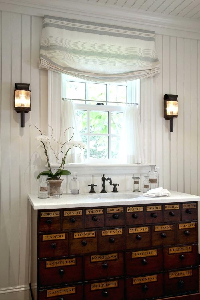decoración de baño en estilo rústico, paredes en blanco, armario vintage, decoración de flores y lámparas de época