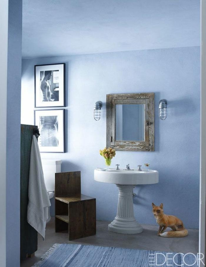 pequeño baño decorado en tonos pastel, paredes en azul, detalles y muebles en estilo vintage