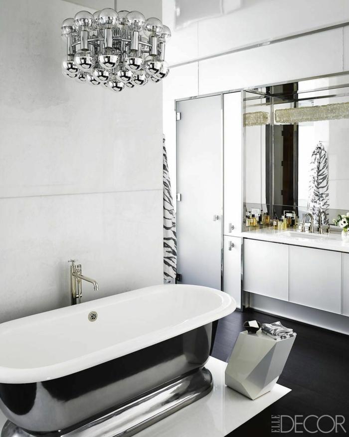 cuarto de baño de diseño con muebles y detalles en plateado, baños grises modernos, suelo con baldosas negras