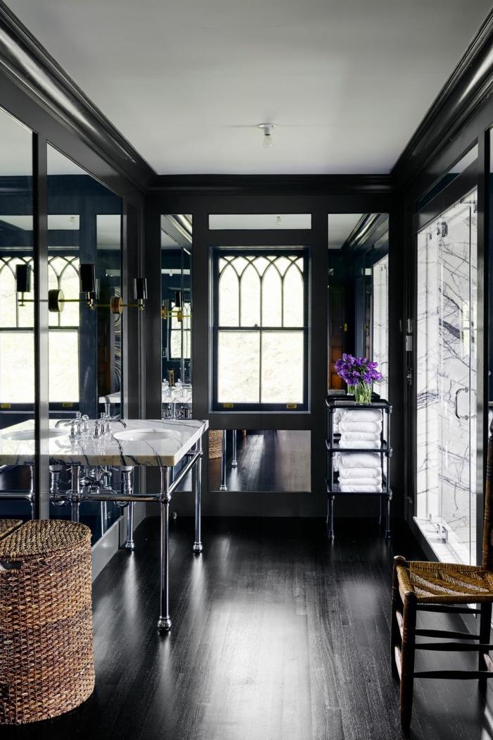baño pequeño moderno decorado en color oscuro, detalles de mimbre, grandes espejos modernos