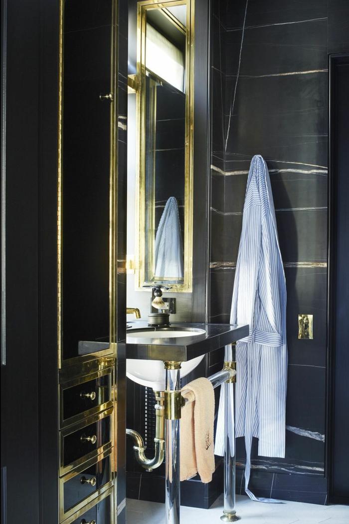 pequeño baño decorado en negro y dorado con espejo, baños de diseño modernos tendencias 2018 2019
