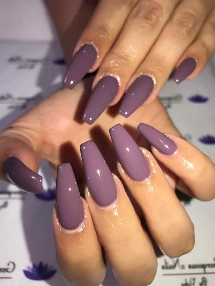 uñas de acrilico modernas pintadas en un solo color, uñas muy largas de forma cuadrada pintadas en color lila