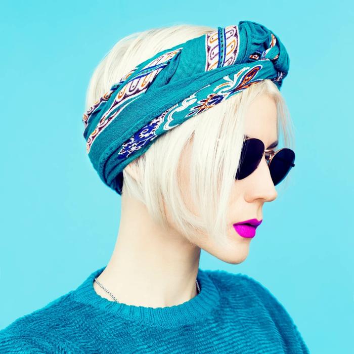 preciosas propuestas de pañuelos en la cabeza, pañuelo de lino color turquesa, jersey en el mismo color, labios en morado