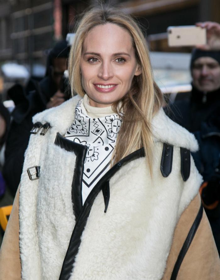 celebridades con pañuelos de seda, maneras de ponerse un pañuelo, grande abrigo en blanco, beige y negro