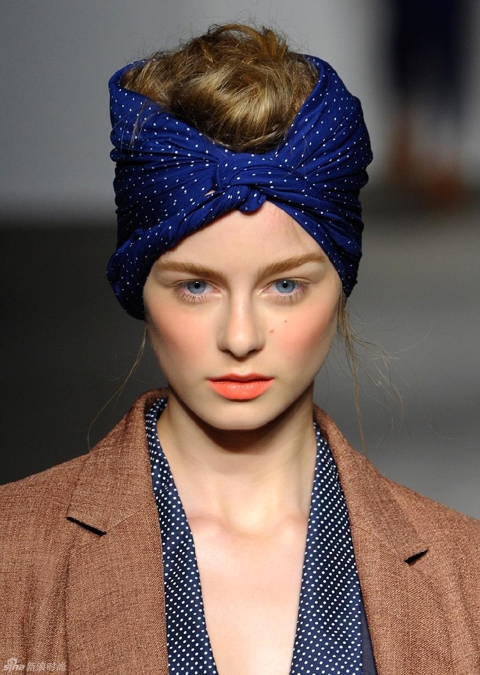 pañuelos en la cabeza, formas de ponerse un pañuelo en la cabeza, pañuelo de seda en azul con lunares blancos, tendencias moda mujer 2018