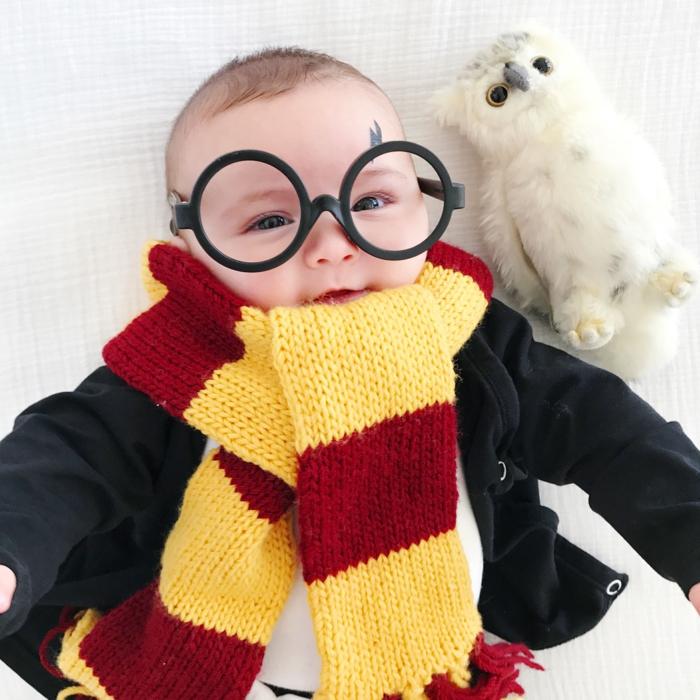 disfraz halloween casero para bebé, ideas super fáciles para la fiesta de Halloween, bufanda en amarillo y rojo
