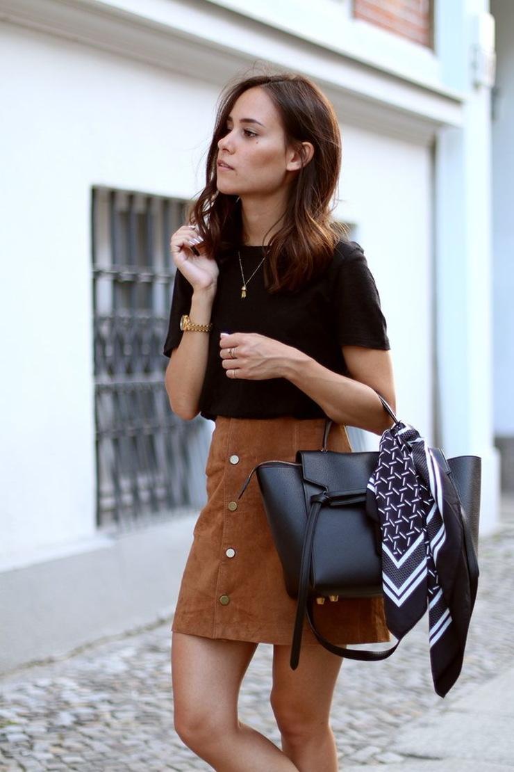 maneras de ponerse un pañuelo, pañuelo de seda en blanco y negro para adornar un bolso de diseño