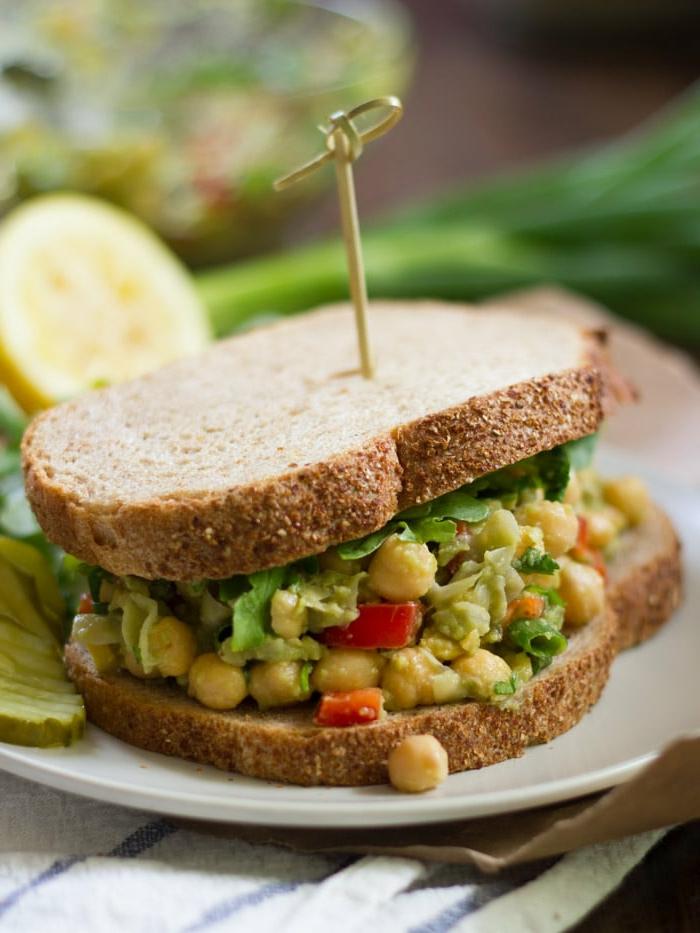 ideas de hamburguesas veganas saludables, bocadillo con garbanzos cocidos, tostadas integrales y verduras