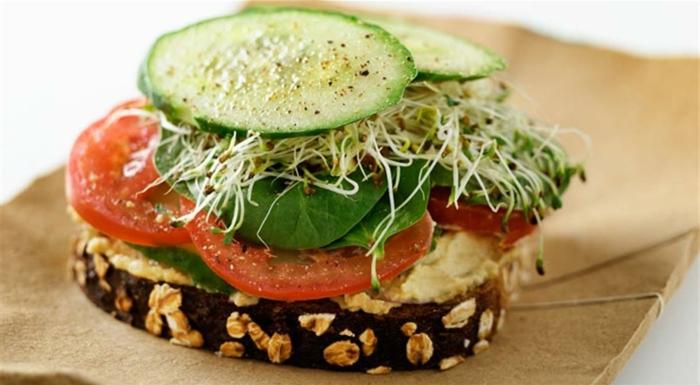 ideas de desayunos veganos nutritivos y saludables, pan integral con copos de avena, tomates, pepinos y verduras