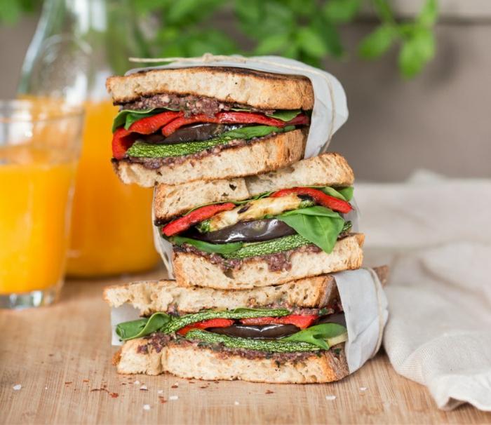 bocadillos super ricos veganos con legumbres a la plancha, bocadillos veganos con calabacines, pimientos y berenjenas, ideas de recetas veganas para desayuno