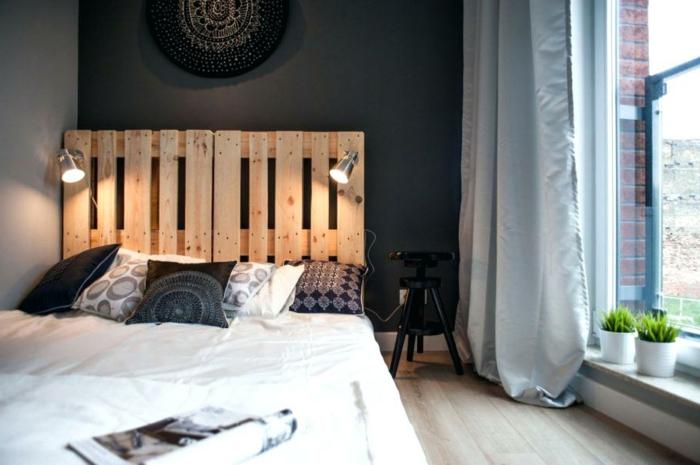 muebles con palets con mucho encanto, dormitorio decorado en estilo bohemio con paredes grises cama palets con cabecero DIY
