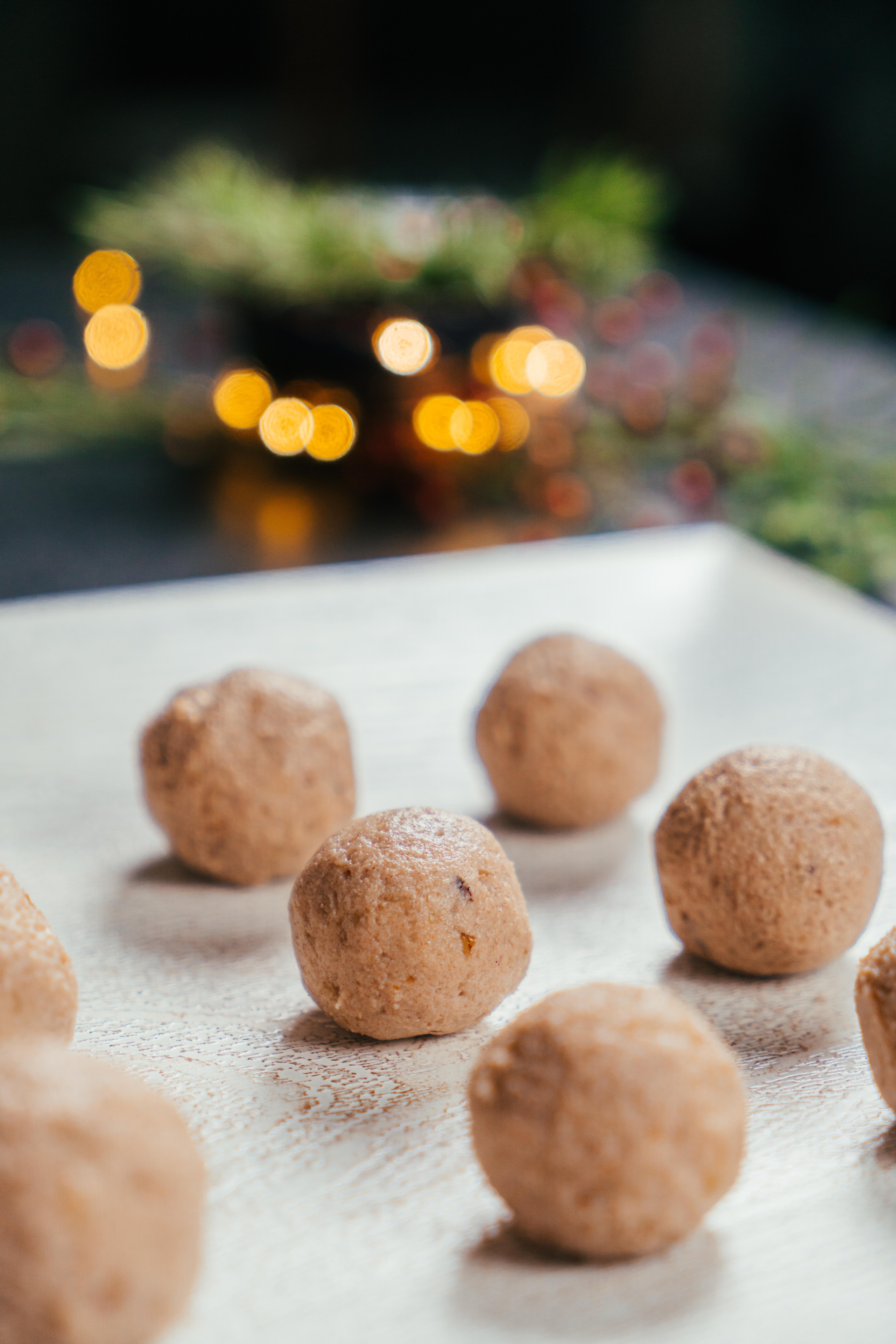 bocados de queso crema, parmesano rallado, nueces machacadas, miel y canela, entrantes ricos y faciles de hacer en navidad
