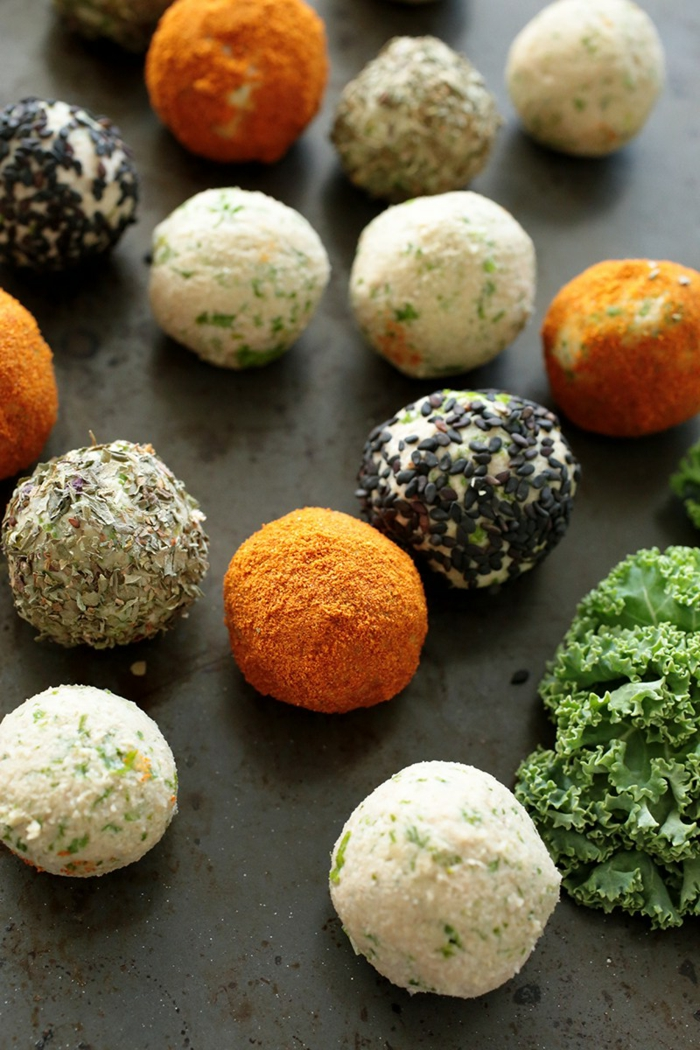 pequeñas bolas veganas hechas de judías, recetas vegetarianas faciles con recetas paso a paso, aperitivos veganos y vegetarianos