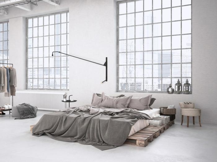 habitación grande decorada en estilo industrial tipo loft, cama de palets DIY, ideas de muebles con palets