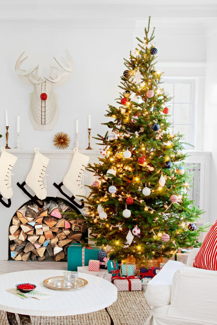 como adornar un arbol de navidad para un ambiente en estilo rústico moderno, salón acogedor decorado en blanco