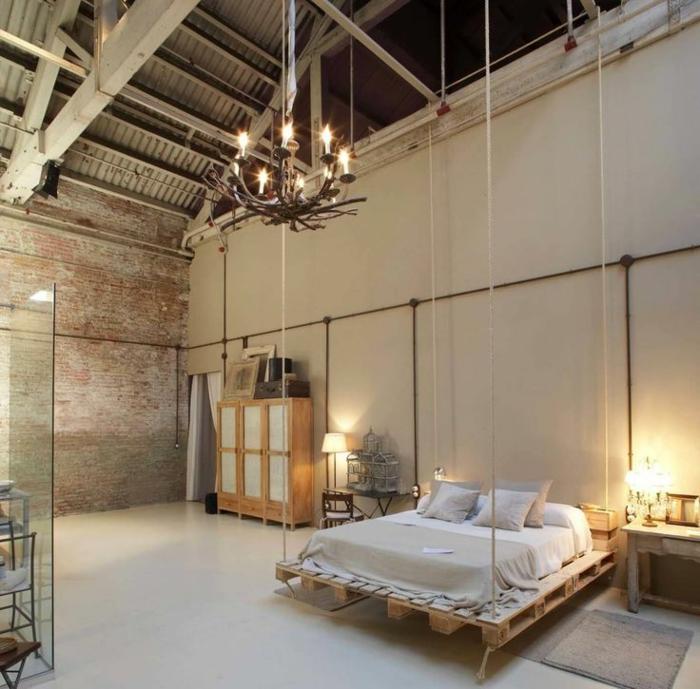 diseño único de muebles con palets, grande habitación decorada en colores claros, cama de palets colgada del techo