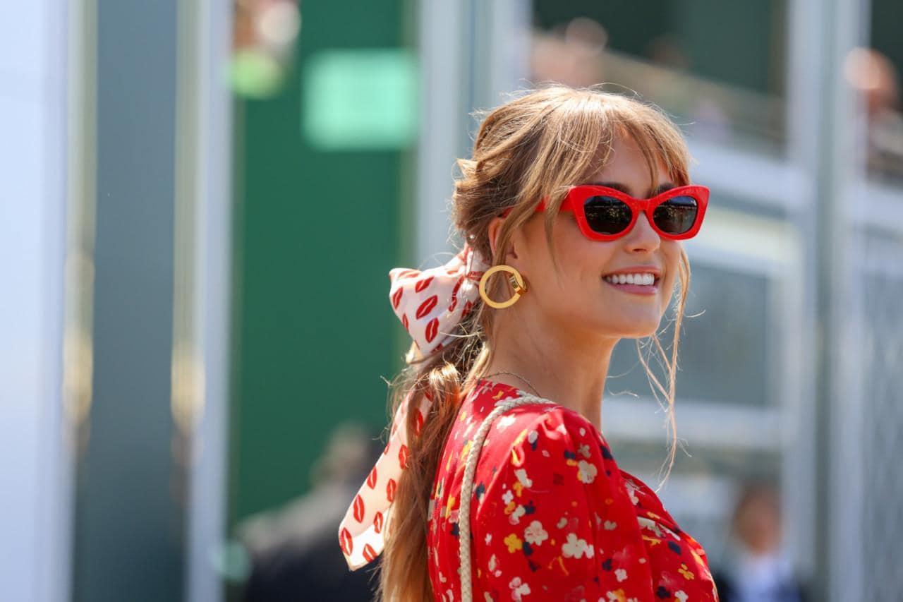 maneras de ponerse un pañuelo en el cabello, mujer con vestido rojo elementos florales, gafas de diseño