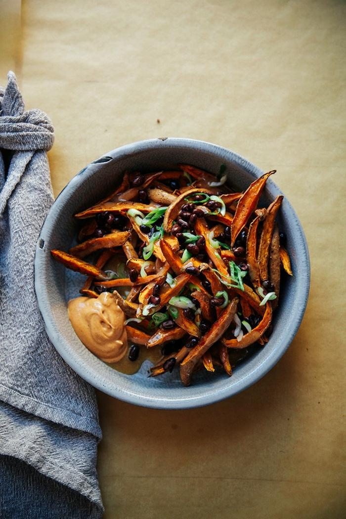 propuestas de recetas rapidas y sanas veganas, papas dulces al horno con salsa casera, aperitivos ricos y saludables