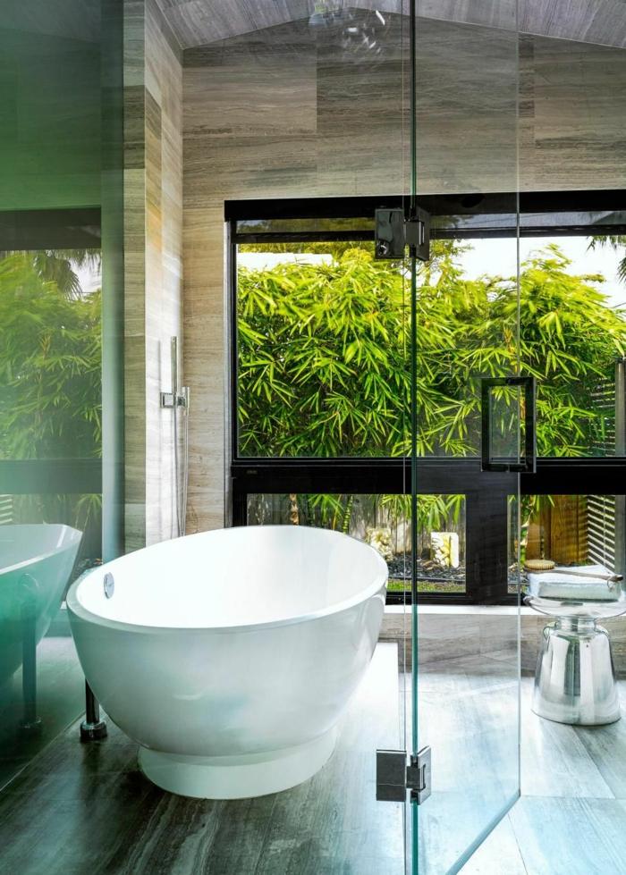 cuartos de baño de diseño decorados en estilo contemporáneo, decoración minimalista, bañera moderna y grandes ventanales
