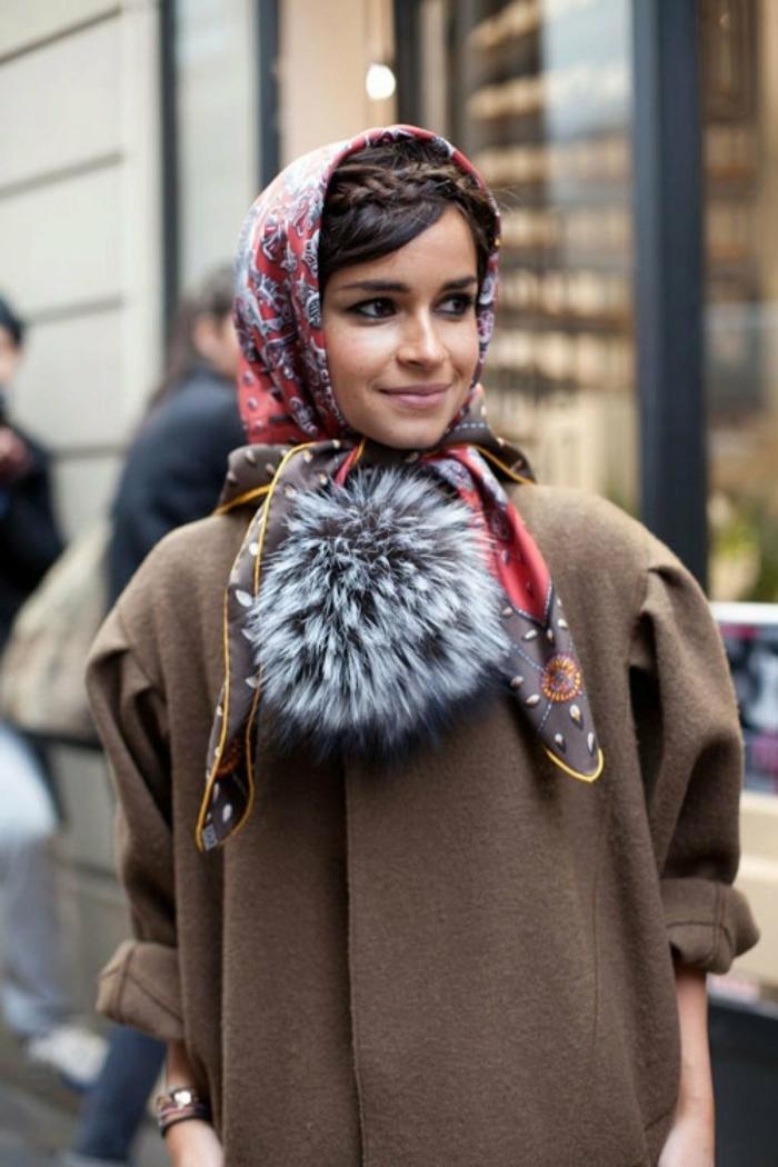 bonitas ideas de pañuelos en la cabeza, atuendo moderno en beige, pañuelo de seda en la cabeza