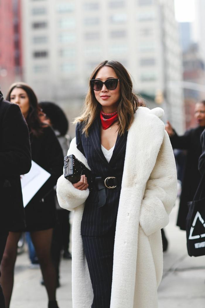 ideas sobre como ponerse un pañuelo en el cuello, inspiración de la alfombra roja, tendencias moda mujer 2018