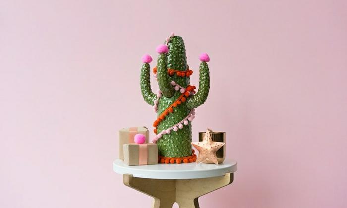 arboles navideños decorados super originales, cactuses original con guirnaldas y mini pompones