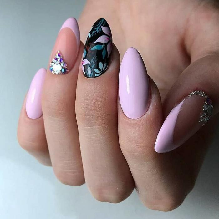preciosos diseños de uñas largas en acrílico, esmalte en rosado claro, piedras decorativas y motivos florales