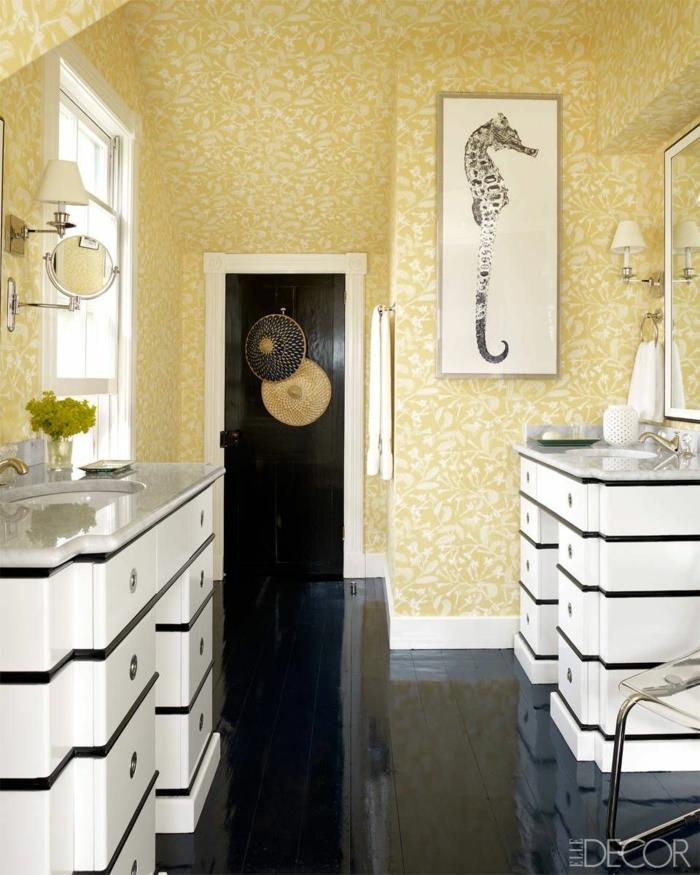 baños modernos con detalles decorativos en estilo vintage, paredes con papel pintado motivos florales