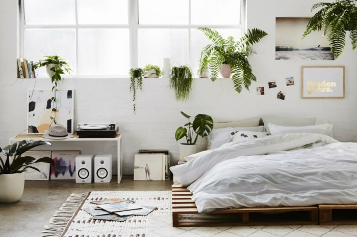 como hacer muebles de palets paso a paso, dormitorio decorado según la estética del boho chic, cama de palets DIY