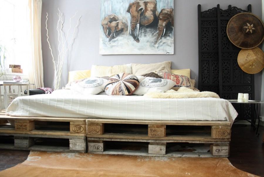 bonito diseño dormitorio decorado en estilo bohemio, ideas de decoracion con muebles de palets