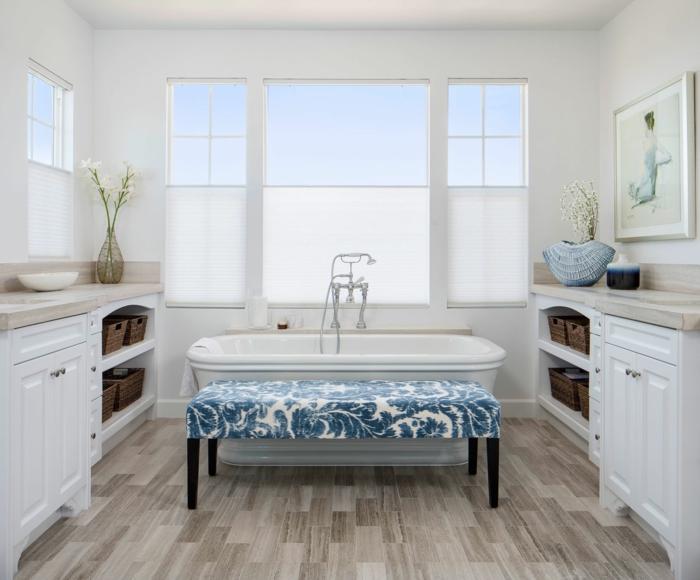ideas de decoracion baños pequeños modernos, diseño en estilo escandinavo, precioso banco tapizado de motivos botánicos