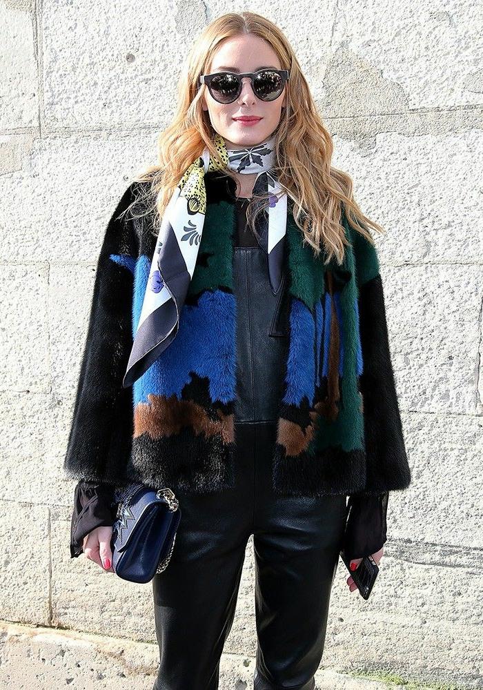 como ponerse un pañuelo en el cuello, últimas tendencias en la moda femenina, outfit moderno en colores oscuros