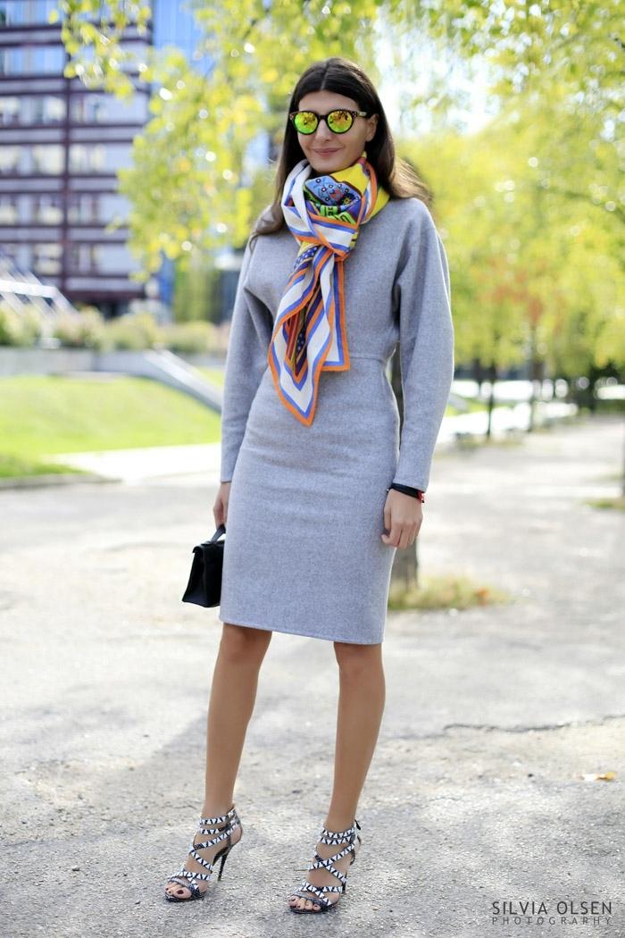 originales ideas sobre como poner un fular, vestido elegante gris con mangas largas, fular colorido de seda
